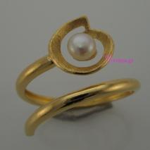 Χειροποίητο δαχτυλίδι από επιχρυσωμένο ασήμι 925ο με ημιπολύτιμες πέτρες (Πέρλες). IJ-010409