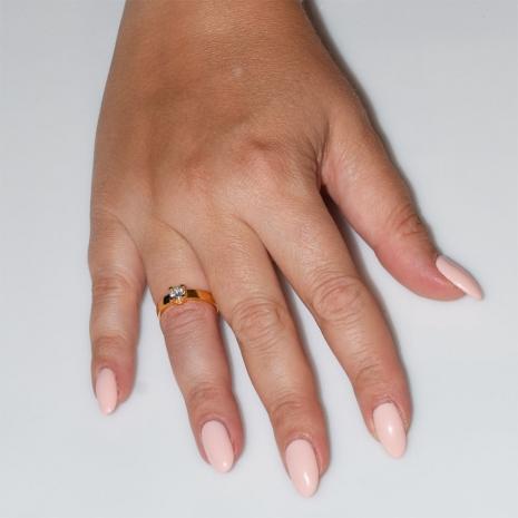 Χειροποίητο δαχτυλίδι μονόπετρο από επιχρυσωμένο ασήμι 925ο με ημιπολύτιμες πέτρες (ζιργκόν) IJ-010480-G φορεμένο στο χέρι