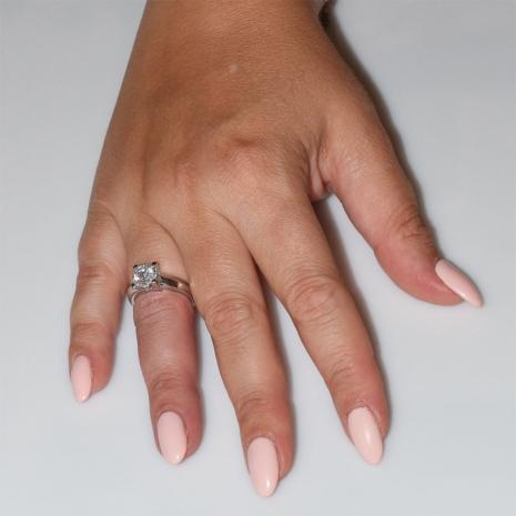 Χειροποίητο δαχτυλίδι μονόπετρο από επιπλατινωμένο ασήμι 925ο με ημιπολύτιμες πέτρες (ζιργκόν) IJ-010482-S φορεμένο στο χέρι