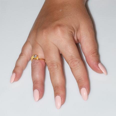 Χειροποίητο δαχτυλίδι μονόπετρο από επιχρυσωμένο ασήμι 925ο με ημιπολύτιμες πέτρες (ζιργκόν) IJ-010483-G φορεμένο στο χέρι