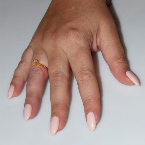 Χειροποίητο δαχτυλίδι μονόπετρο από επιχρυσωμένο ασήμι 925ο με ημιπολύτιμες πέτρες (ζιργκόν) IJ-010484-G φορεμένο στο χέρι