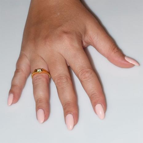 Χειροποίητο δαχτυλίδι μονόπετρο από επιχρυσωμένο ασήμι 925ο με ημιπολύτιμες πέτρες (ζιργκόν) IJ-010485-G φορεμένο στο χέρι
